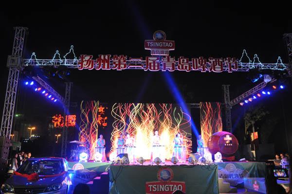 扬州第二届青岛啤酒节在扬州商城南广场拉开帷幕